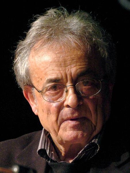 """Der syrische Lyriker Adonis stellt auf der Frankfurter Buchmesse seinen Gedichtband """"Ein Grab für New York"""" vor (Archivfoto vom 08.10.2004). Er wägt seine Worte sehr genau ab. Denn als einer der bedeutendsten Vermittler zwischen arabischer und westlicher Kultur ist er in eine verantwortungsvolle Rolle geschlüpft. Seit mehr als 50 Jahren mischt sich der undogmatische Denker und Schriftsteller mit provokanten Thesen in die politische Debatte ein. Wenn der syrisch-libanesische Dichter und «homo politicus» am kommenden Freitag (1. Januar) 80 Jahre alt wird, kann er auf eine 60-jährige Karriere blicken, die ihn heute zu einem der radikalsten Modernisten der arabischen Welt macht. Foto: Christine Kokot dpa (zu Korr: """"Adonis wird 80: Der radikalste Modernist der arabischen Welt"""" vom 29.12.2009) +++(c) dpa - Bildfunk+++"""